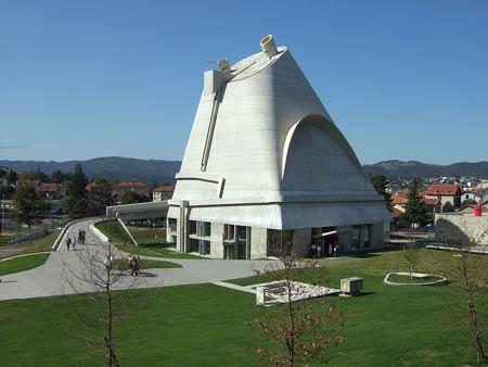 Ле Корбюзье. Le Corbusier. Church of Saint-Pierre, Фирмини (Firminy), Франция. 1969 —  Строительство велось после смерти Ле Корбюзье, завершено в 2006