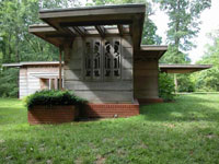 Фрэнк Ллойд Райт (Frank Lloyd Wright): Loren B. Pope Residence (Pope-Leighey House), Falls Church, Virginia (Дом Лорен Поуп, Фолс-Черч, Вирджиния), 1939—1940; перевезён (Alexandria, VA, 2001)