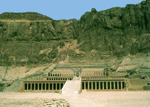 Храм царицы Хатшепсут у скал Дейр-эль-Бахри (XVIII династия, ок. 1500 г. до н.э.)